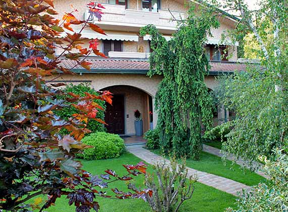 Bed and Breakfast con giardino, sdraie e lettini per estate Marina di Massa